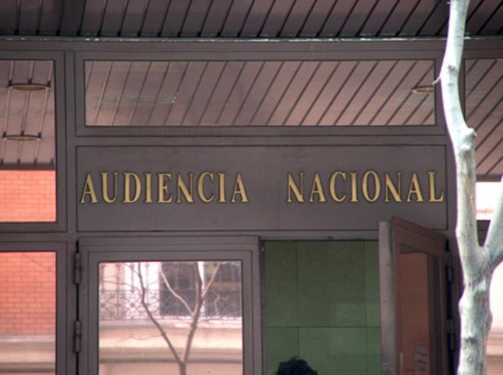 Fachada de Audiencia Nacional con letras cabeza abajo. Foto de Oyer Corazon