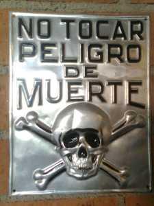 Placa de No Tocar, Peligro de Muerte. Colección de Alberto Corazón. Foto de Oyer.